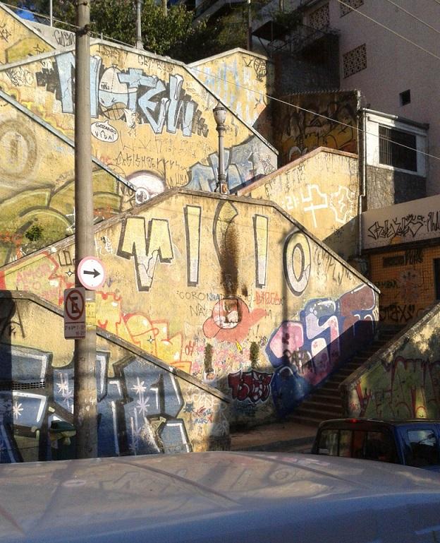 Escadão na Rua Cardeal, Centro de São Paulo - achei interessantes esses grafites