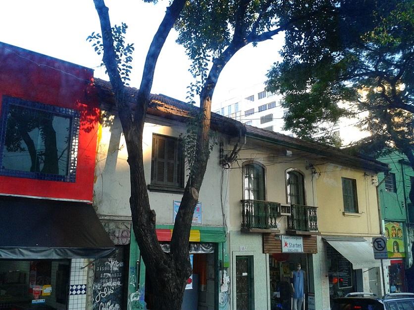 Adorei essa foto, acho que foi a mistura de cores do comércio, a luz, as árvores (sou um pouco fixada em fotografar árvores rsrs)