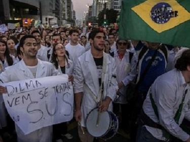 Foto de Protesto contra a Importação de Médicos sem Revalida e Caos no SUS